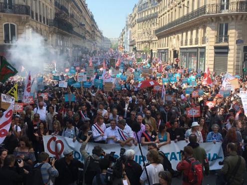 """Dezenas de milhares de pessoas manifestaram-se em Paris para ironicamente """"Festejar Macron"""" - Foto La France Insoumise"""
