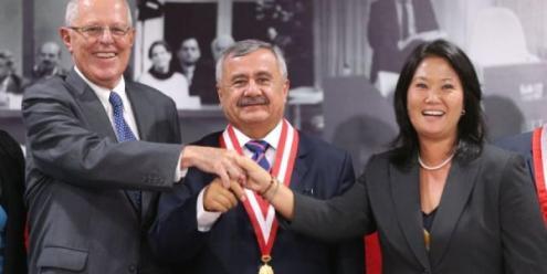 Atual presidente peruano, Pedro Pablo Kuczynski, à esquerda, e Keiko Fujimori, à direita. Ao centro, Francisco Távara Córdova, ex-presidente da entidade eleitoral (Jurado Nacional de Elecciones - JNE)