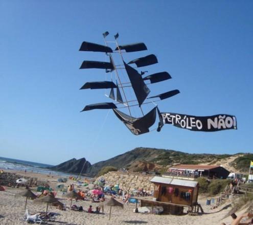 Petróleo Não - Foto de Paula Nunes, no facebook da ASMAA Algarve Surf & Marine Activities Association