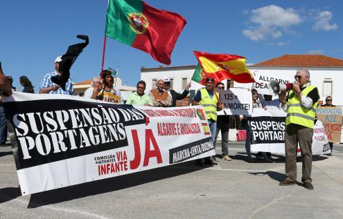 Manifestantes protestam contra as portagens da Via do Infante (A22), em Boliqueime, 30 de abril de 2016 – Foto de Luís Forra/Lusa