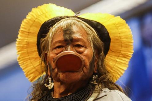 Raoni Metuktire (Kapot, no Mato Grosso, em 1930) é um líder indígena brasileiro da etnia caiapó. É conhecido internacionalmente por sua luta pela preservação da Amazónia e dos povos indígenas.