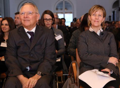 Maria Luís Albuquerque pediu a Schäuble para não ceder, diz jornal alemão  Schauble_marialuis_stephanie_pilick_0