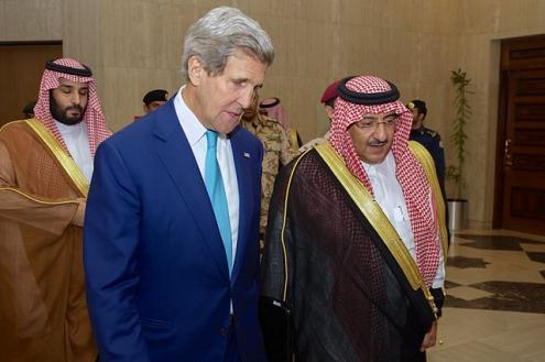 O secretário de Estado dos EUA, John Kerry, com o príncipe herdeiro Muhammad bin Nayef à chegada ao Ministério do Interior, em Riade. Foto do Departamento de Estado dos EUA, em domínio público.