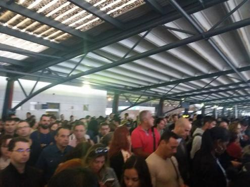 Várias pessoas chegaram a tentar forçar a entrada na zona de embarque e a porta-voz da Soflusa disse que houve pessoas que se sentiram mal e uma mulher desmaiou mesmo - Foto de Francisco Alves (facebook)