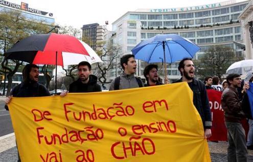 """""""De fundação em fundação o ensino vai ao chão"""", protesto de estudantes de março de 2017 – Foto de Filipa Bernardo, Lusa (arquivo)"""