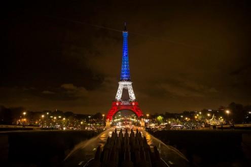 Tiros em Paris matam um policial
