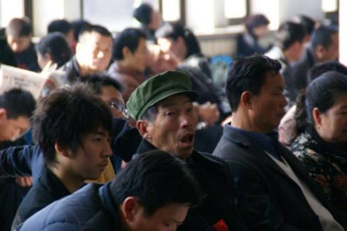 Trabalhadores migrantes à espera de transporte para o interior, em 2009. Foto de Waldo Mermelstein.