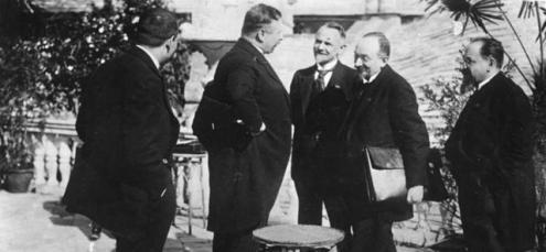 Assinatura do Tratado de Rapallo: o chanceler Joseph Wirth com os representantes da delegação soviética Leonid Krassin, Grigorij Tchitchérine e Adolf Joffe