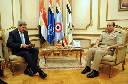 O secretário de Estado dos EUA, John Kerry, e o general Al Sisi: a Casa Branca continua a fornecer 250 milhões de dólares de apoio económico. Foto de U.S. Department of State, creative commons.