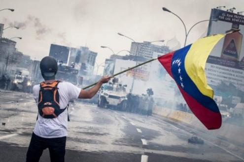 """Edgardo Lander aponta que a situação na Venezuela pode entrar """"num ponto de não retorno"""" em poucas semanas, """"com uma ordem constitucional manipulada e autoritária"""""""