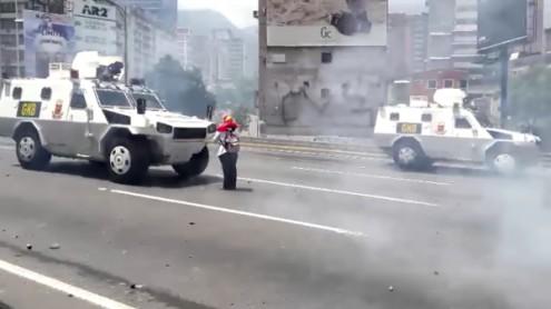 Imagem simbólica da crise na Venezuela: Uma mulher põe-se à frente de um tanque