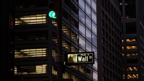 O desenvolvimento extraordinário de Wall Street e dos lucros do sistema financeiro norte-americano podem ser explicáveis pela necessidade de captar capitais para financiar os défices dos EUA. Os bancos europeus foram os principais envolvidos nestas operações financeiras de risco