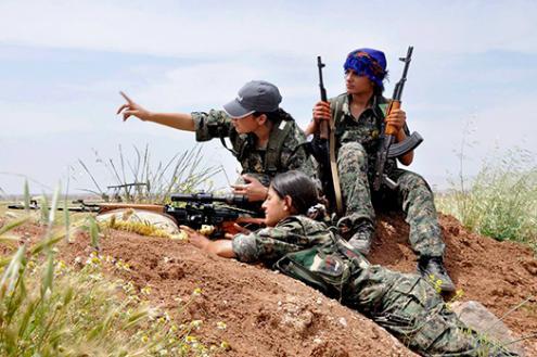 Não surpreende que muitas mulheres árabes, turcas, arménias e assírias se unam às fileiras das organizações armadas e às administrações em Rojava. Foto de Firatnews