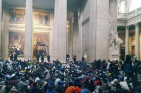 Coletes Negros ocupam o Panteão em Paris.
