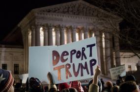 Deport Trump, manifestação em frente ao Supremo Tribunal em 2017. Foto de Lorie Shaull/Flickr.