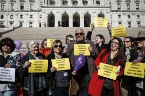 Manifestação de cuidadores informais frente ao parlamento, 8 de março de 2019. Foto de Rodrigo Antunes/Lusa.