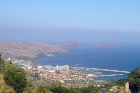 Caniçal, Madeira, com zona franca à esquerda. Foto de Vitor Oliveira/Flickr.
