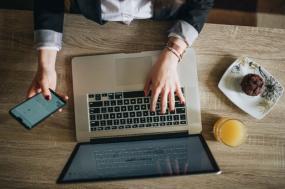laptop e telemóvel