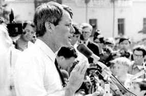 Robert Kennedy em campanha eleitoral em Los Angeles, 1968 – Foto de Evan Freed/wikimedia
