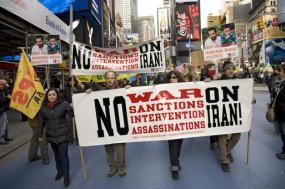 Manifestação em Nova Iorque contra a guerra com o Irão. Fevereiro de 2012.