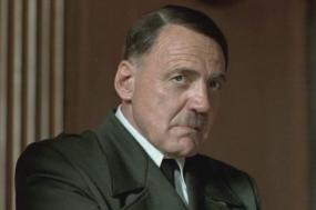 """Bruno Ganz no papel de Hitler no filme """"A Queda"""""""