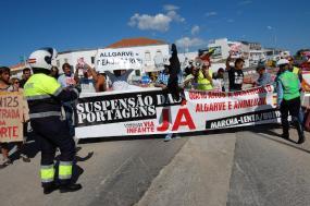 Manifestantes que participaram na marcha lenta contra as portagens na Via do Infante, 20 de janeiro de 2018 – Foto Luís Forra/Lusa
