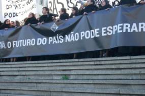 """Cerca de mil estudantes marcaram presença na manifestação convocada pela Associação Académica de Coimbra em protesto contra a ausência """"de uma inversão de ciclo político no ensino superior""""."""