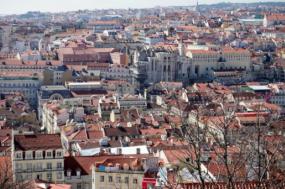 Os preços das casas em Lisboa têm afastado as pessoas do centro da cidade, obrigando-as a ir para a periferia, onde os preços podem ser de metade.