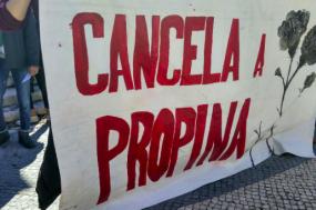 Centenas de estudantes exigiram melhores condições nas escolas e um ensino público gratuito e manifestaram-se contra a existência de exames nacionais.
