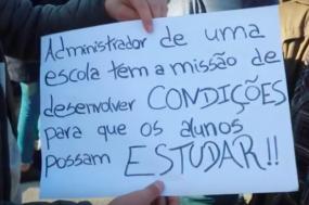 Alunos da Escola Básica 2/3 Frei Caetano Brandão protestam contra as condições do estabelecimento de ensino.