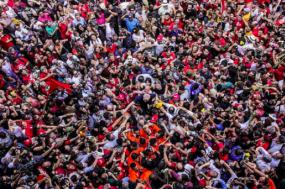 Após o discurso, Lula foi carregado pelos seus apoiantes. Fotografia: Francisco/Proner/Foto Colectivo