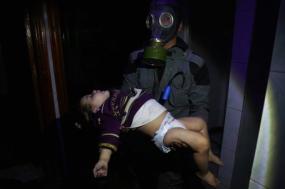 Equipas de salvamento tentam resgatar civis que sufocam pela utilização de armas químicas. Fotografia do Twitter dos Capacetes Brancos.