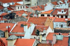"""Maria Manuel Rola, deputada do Bloco, disse à comunicação social que """"desde o início que o Bloco tem dito que é necessário fazer uma pausa aos despejos que têm ocorrido durante este processo"""". """"Estamos agora a rever o novo regime de arrendamento urbano"""", afirmou, razão pela qual """"não faz sentido haver despejos durante a revisão da lei""""."""