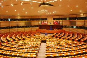 O Parlamento Europei apela à Comissão Europeia que tome imedidas urgentes de forma a abordar as práticas que conduzem à precariedade laboral.