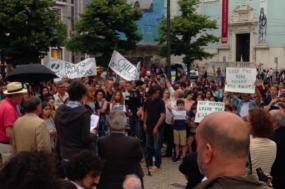 Centenas protestam em Portugal contra as políticas de imigração da administração Trump.