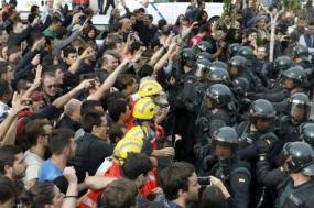 Bombeiros catalães impedem polícia espanhola de invadir centro de voto. Foto de Andreu Dalmaus. EPA/Lusa.