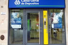 Representantes dos trabalhadores da Caixa Geral de Depósitos (CGD) em França, questionam Paulo Macedo sobre o futuro da sucursal – Foto de Paulete Matos