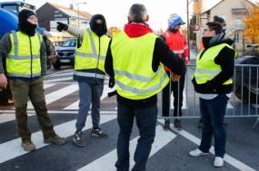 """""""Coletes amarelos"""" num ponto de bloqueio em Sedan, no Norte da França, 17 de novembro de 2018 – Foto de Julien Warnand/Epa/Lusa"""