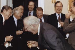 Walter Cronkite, Reagan, Bush e vários outros membros da sua administração em 1981. Foto de Diana Walker, disponível no Briscoe Center for American History.