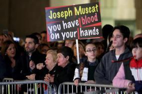 Manifestantes em frente ao Parlamento exigem a demissão do Primeiro-Ministro de Malta. Novembro de 2019.