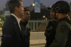 Juan Guaidó e Leopoldo Lopez com militares na base aérea La Carlota - 30 de abril de 2019