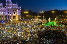 Como pano de fundo dos desafios em Espanha estão a irrupção da extrema-direita, o desafio independentista catalão e as consequências da crise económica e social do início da década – Manifestação catalã em Madrid, 16 de março de 2019