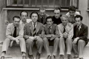 Na primeira fila: Tristan Tzara, Andre Breton, Salvador Dali, Max Ernst,  Man Ray. Fila detrás: Paul Eluard, Hans Arp, Yves Tanguy, Rene Crevel. Foto de Man Ray em 1933