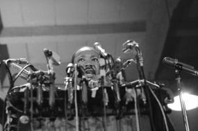 Martin Luther King discursa para pedir o fim da guerra do Vietname no dia 1 de setembro de 1967, em Chicago