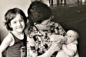 Maria Machado com a filha ao seu lado e o filho ao colo.
