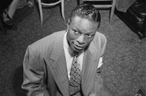 Cole foi bastante influenciado por Earl Hines, o pianista mais famoso de Chicago. Foto de William P. Gottlieb