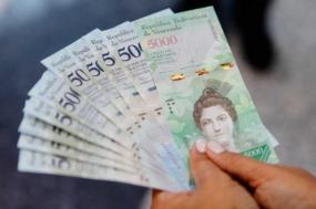 O Estado venezuelano tentou sustentar o poder de compra colocando mais e mais notas em circulação, entre 2014 e 2017, a massa monetária deu um salto de 8.500%