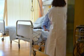 Paciente em cama de hospital. Foto de Paulete Matos.