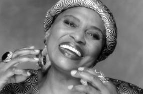 Miriam Makeba foi uma cantora sul-africana e grande ativista na luta pelos direitos humanos.