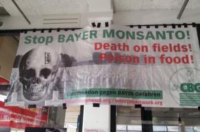 """""""Stop Bayer Monsanto: Morte nos campos, veneno nos alimentos!"""", pode ler-se na faixa"""